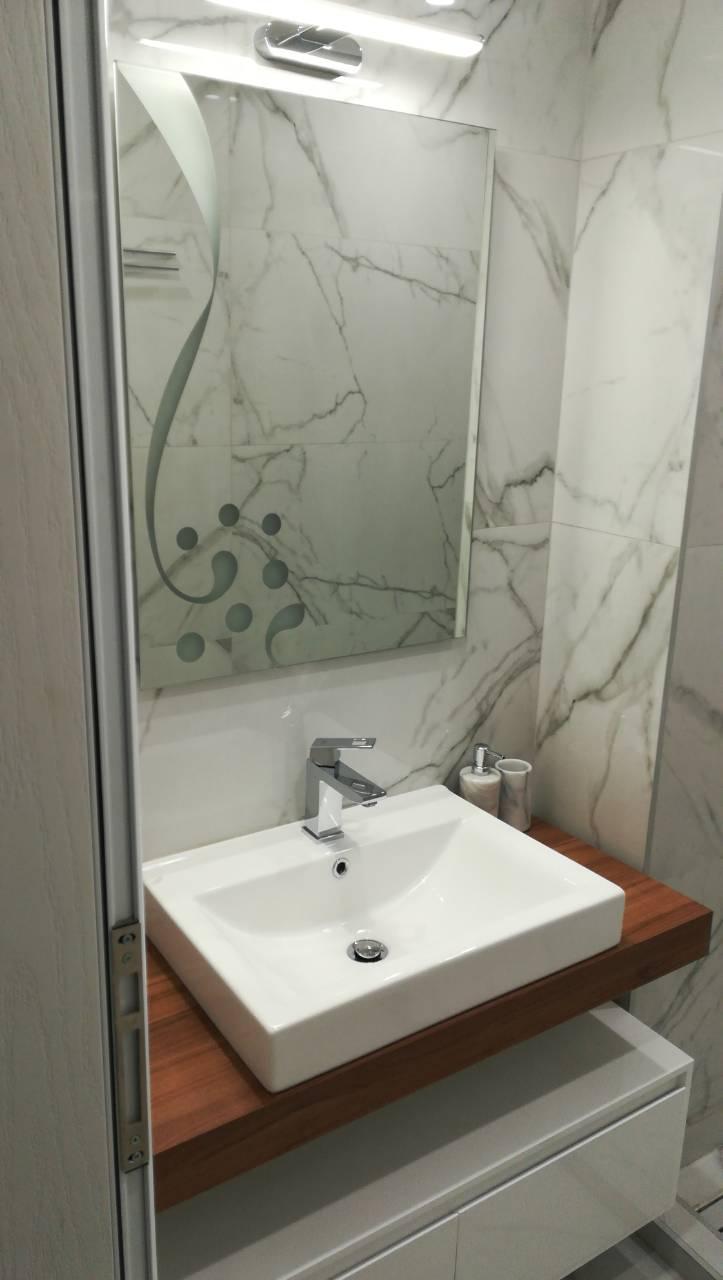 Частен дом, гр.Бургас Стени - Supreme Royal Statuario Lux 120x60, под - Supreme Royal Statuario Rett 120x60. Мебел за баня - PVC по индивидуален проект.